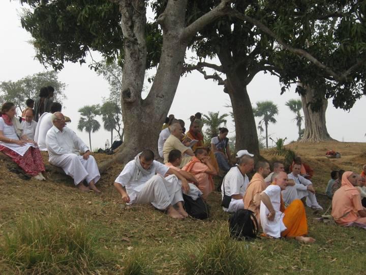 Padmavati Kunda-Devotees relaxing.jpg